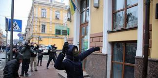 У Києві активісти розбили вікна в Росспівробітництві: РФ відреагувала - today.ua