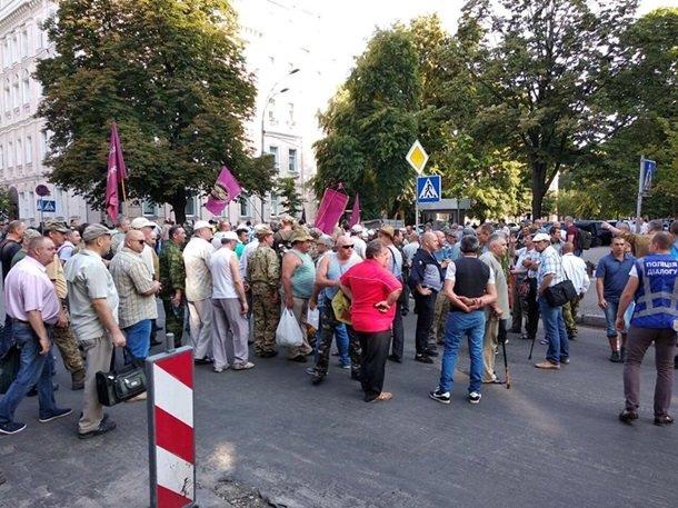 Між мітингувальниками та правоохоронцями відбулися сутички у центрі Києва - today.ua