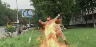 """Доброволець, що підпалив себе під Міноборони, не отримав опіків"""" - today.ua"""