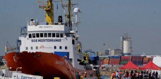 Мігранти, що знаходились в порту Італії, нарешті зійшли на берег - today.ua