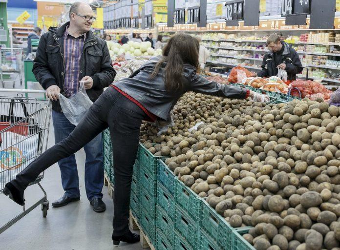 Українці витрачають 50% заробітку на продукти - today.ua