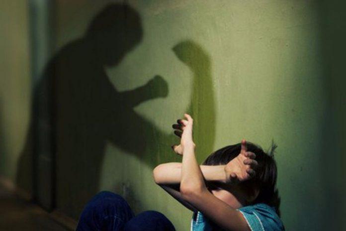 Переломи і струс мозку: горе-батько побив трьох дітей на Херсонщині - today.ua