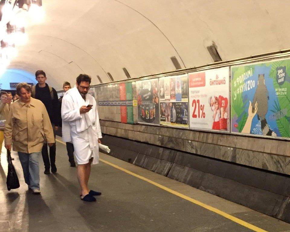 «В халатах и с полотенцами»: киевляне устроили в метро смешной флешмоб - today.ua