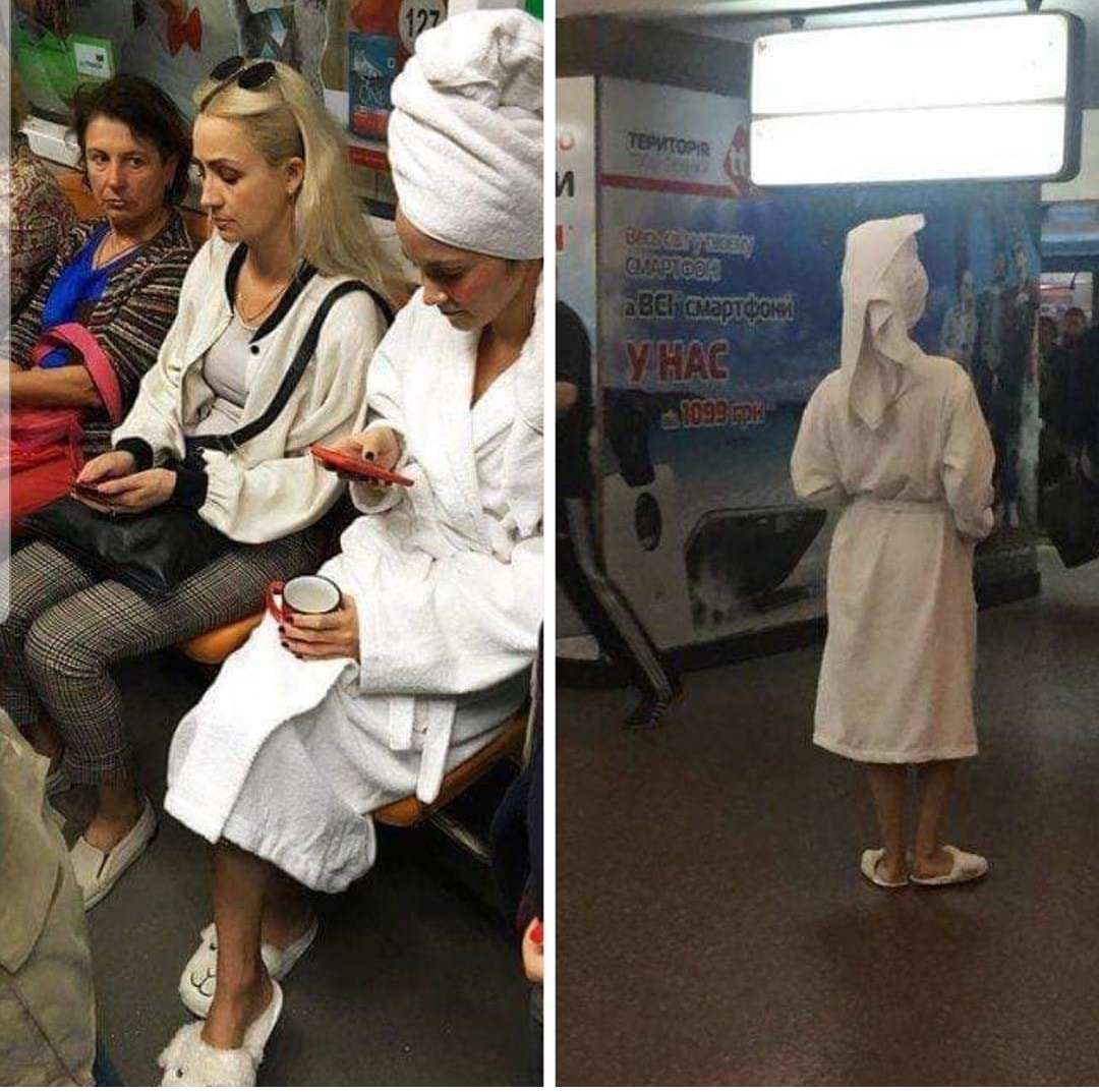 «В халатах и с полотенцами»: киевляне устроили в метро смешной флешмоб