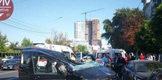 У центрі Києва зіткнулися 5 автівок: один з водіїв у реанімації - today.ua
