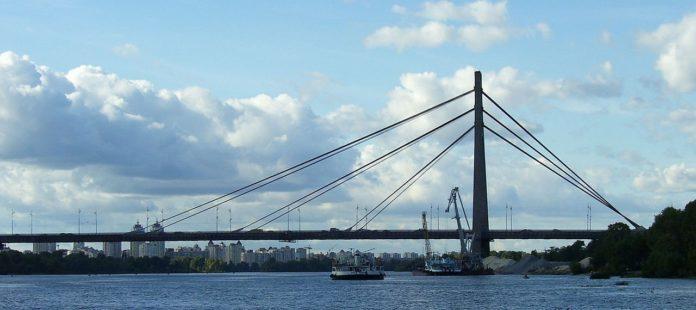 У Києві обмежать проїзд по мосту на Троєщину: що варто знати - today.ua