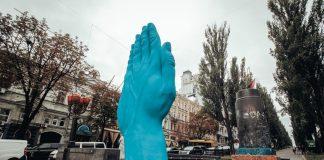 Велетенську синю руку встановили у центрі Києва (фото) - today.ua