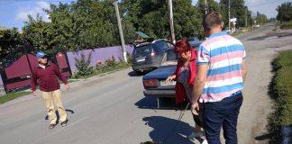 Живодеры: на Винниччине женщина и таксист привязали собаку к машине и тащили за город - today.ua