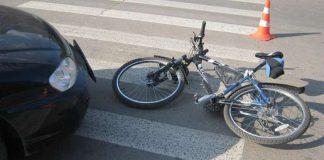 Велосипедист врізався у припарковану Toyota під Харковом - today.ua