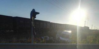 Затор довжиною в кілометри: на Миколаївщині мікроавтобус зіткнувся з поїздом - today.ua