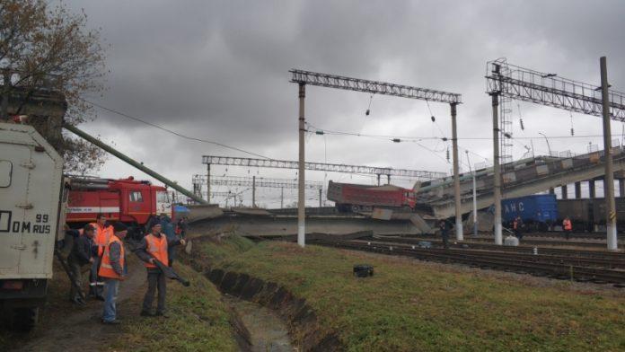 У Росії міст впав на залізницю (відео) - today.ua