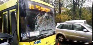 ДТП во Львове: BMW протаранил автобус с пассажирами - today.ua