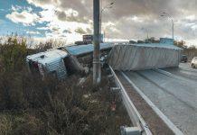 5-километровая пробка: больше суток с дороги не могут убрать фуру - today.ua