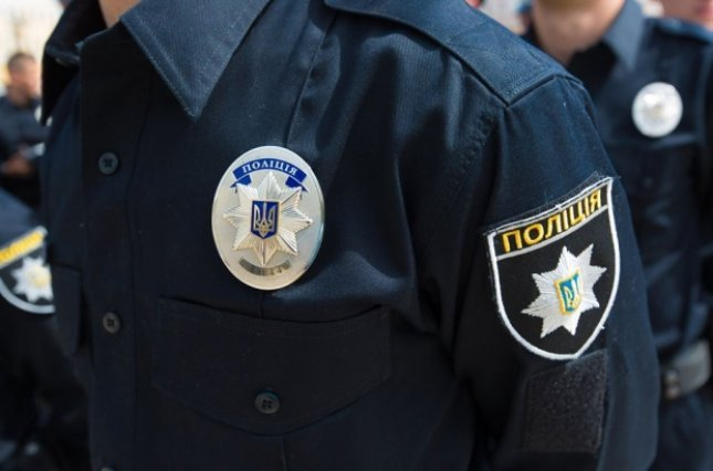 На Вінничині поліцейські вимагали від чоловіка хабар, погрожуючи сфальсифікувати проти нього справу - today.ua
