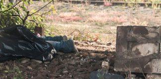 П'яна смерть: чоловік загинув під потягом, а друзі продовжили пити - today.ua