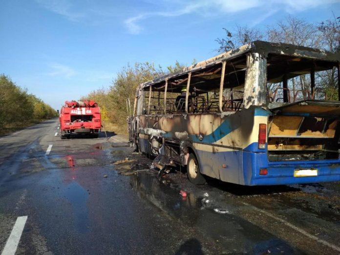 В Днепропетровской области на ходу загорелся автобус с пассажирами (фото) - today.ua
