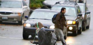 """За болтовню на """"зебре"""" пешеходов предлагают штрафовать - today.ua"""