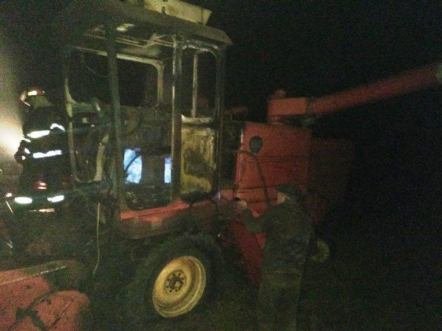 У полі під час збирання врожаю згорів комбайн (фото)