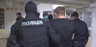 Били, тягали по підлозі та вимагали гроші: копи у Харкові напали на пасажирів метро (відео) - today.ua