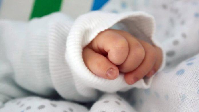 Горе-мать оставила младенца на пороге многоэтажки - today.ua