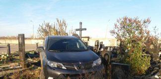 Джип харківського священика зруйнував 10 пам'ятників на кладовищі - today.ua
