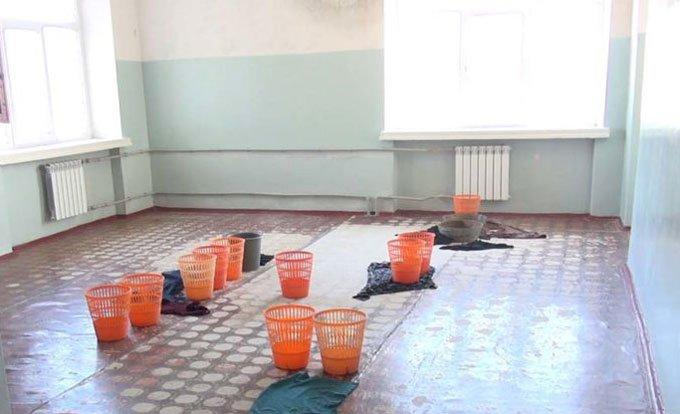 Мокрый потолок и плесень: дети на Волыни вынуждены учиться в аварийной школе - today.ua
