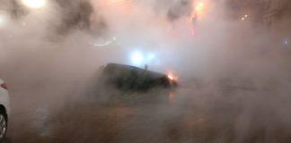 Центр Києва залило гарячою водою: від прориву труби автомобіль провалився під асфальт - today.ua