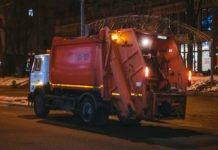 У Києві сталася ДТП за участю сміттєвоза: постраждала одна людина - today.ua