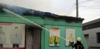 """Масштабна пожежа у відділенні """"Нової пошти"""": зі складу виносять вцілілі речі - today.ua"""