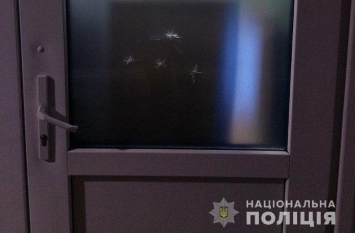 У Києві чоловік обстріляв двері школи - today.ua