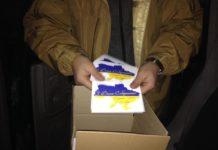 До окупованого Донецьку на повітряних кульках прилетіли вітальні блакитно-жовті листівки - today.ua
