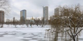 У Києві перехожий врятував бабусю з онукою, що провалилися під лід - today.ua