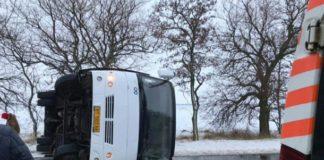 Під Миколаєвом перекинувся автобус із пасажирами: опубліковано фото - today.ua