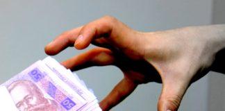 На Донбасі затримали працівницю міграційної служби, яка вимагала хабарі у переселенців - today.ua