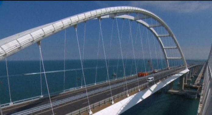 Нові проблеми з Керченським мостом: сильні снігопади спричинили обвал штучних насипів - today.ua