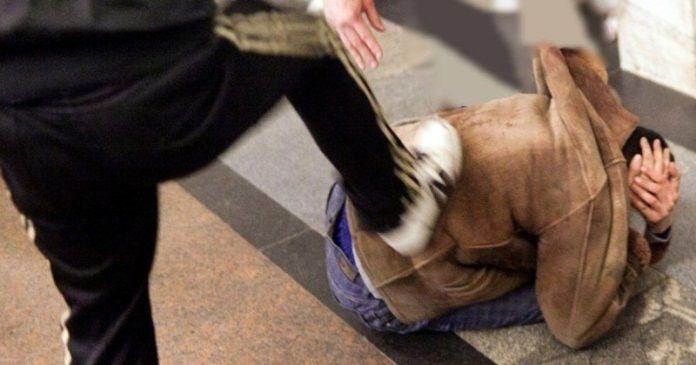 """У центрі Києва біля ТРЦ """"Арена Сіті"""" підлітки ногами побили чоловіка: опубліковано відео - today.ua"""