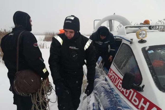 Трое мужчин провалились под лед на Киевском водохранилище - today.ua