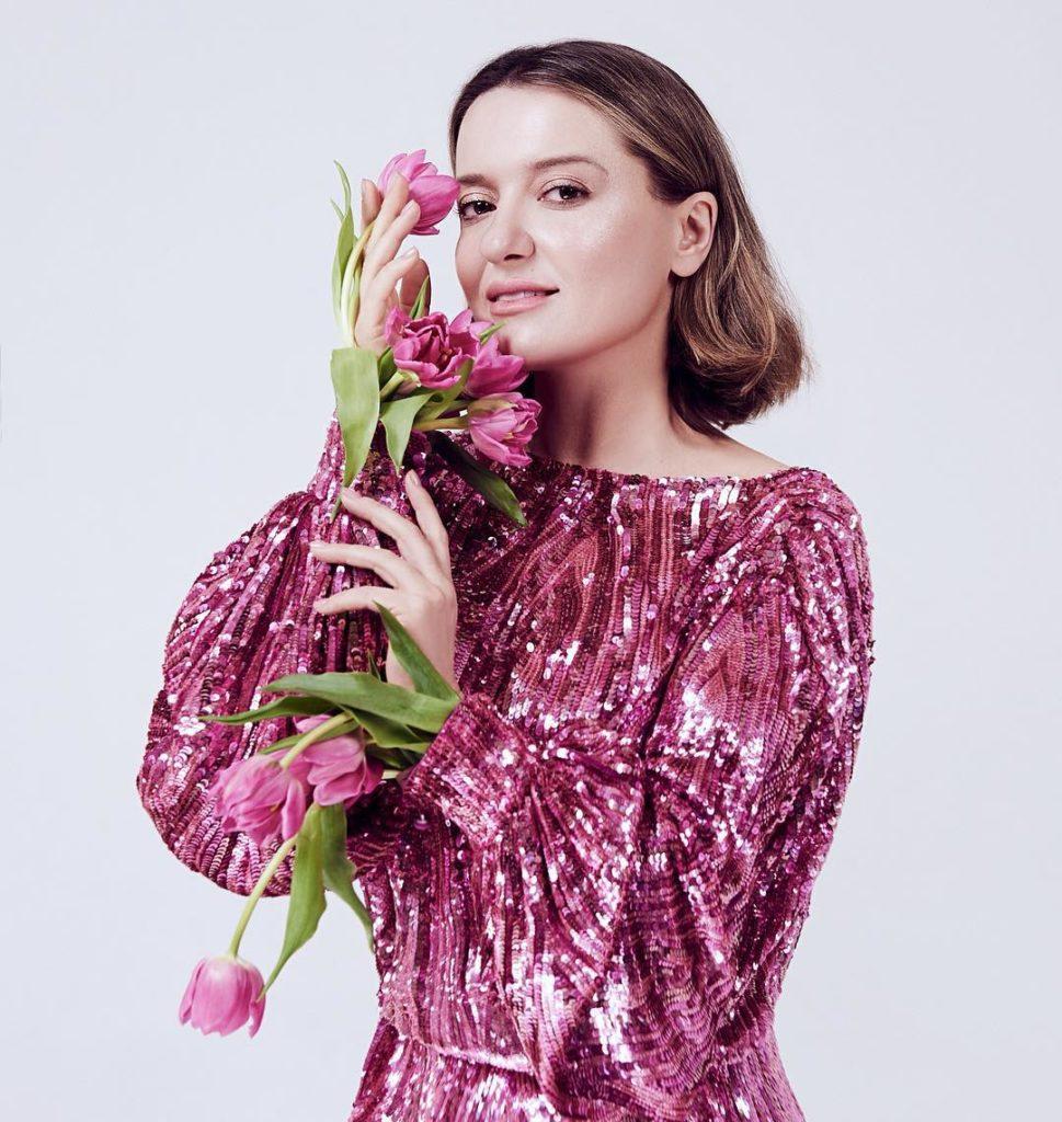 Наталья Могилевская готова встречать весну в ярком образе
