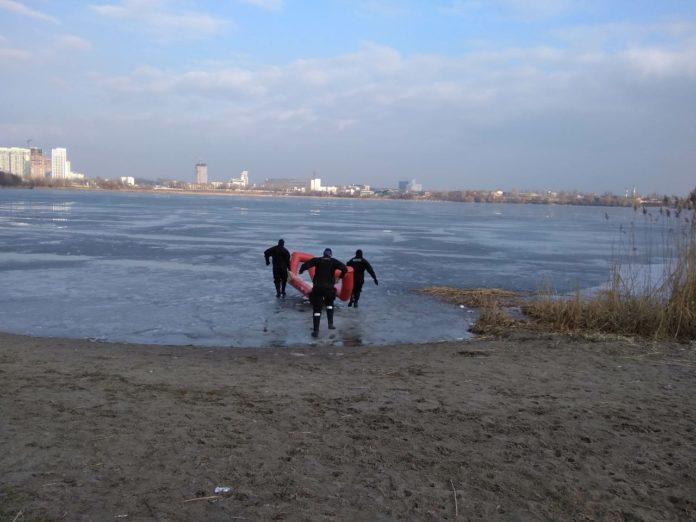В Киеве спасли двух легкомысленных рыбаков - today.ua