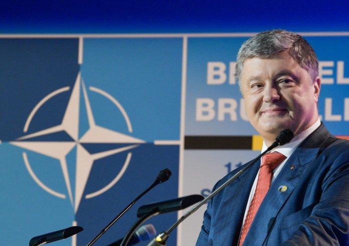 Курс в НАТО и ЕС: Порошенко подписал изменения в Конституцию - today.ua