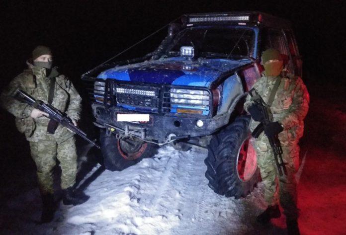 Українським прикордонникам довелося зі стріляниною затримувати порушників: опубліковані фото - today.ua