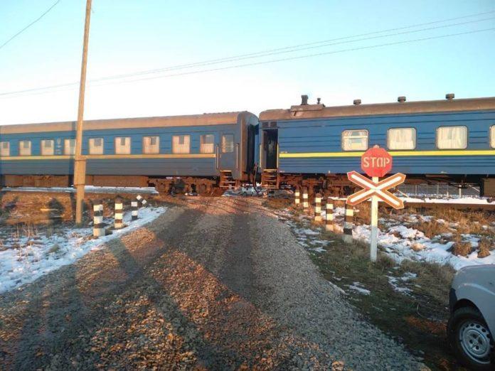 Пасажирський поїзд зніс вантажівку на переїзді в Прикарпатті: опубліковано фото - today.ua