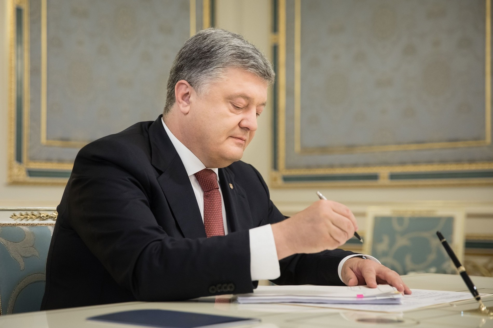 Порошенко підписав указ про виплату грошової винагороди Героям України - today.ua