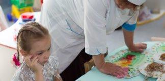 Насильство в дитсадку: в Одесі звільнили виховательку, яка годувала дітей до блювоти - today.ua