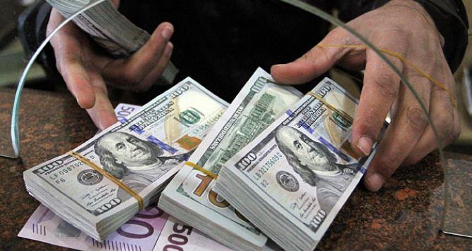 Долар дешевшає: українці масово скуповують валюту - today.ua