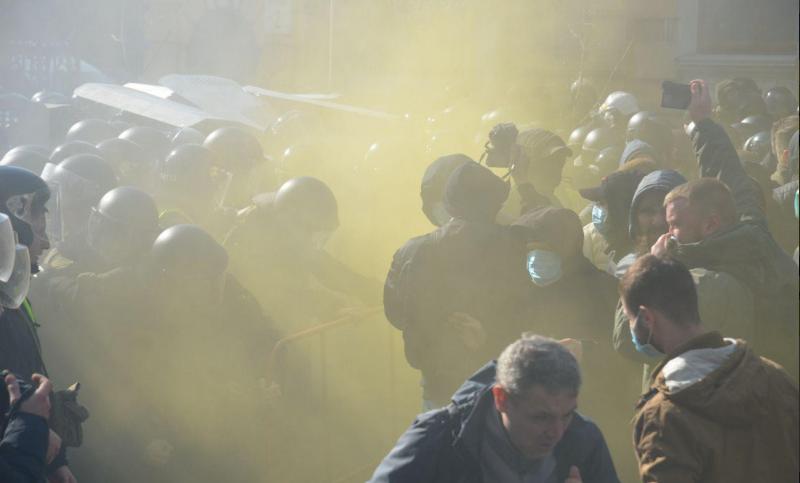 "Активисты ""Нацкорпуса"" штурмуют администрацию президента: опубликовано видео"