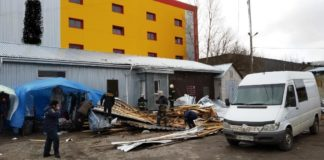 Сорванная ветром крыша магазина убила женщину и травмировала ее дочь - today.ua