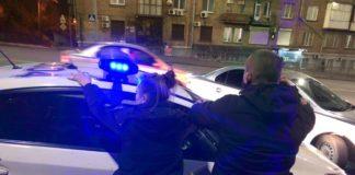 У Києві на хабарі затримали жінку-копа з напарником: оприлюднені фото - today.ua