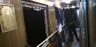 """Невідомі хулігани жбурляли каміння у потяг """"Укрзалізниці"""": розбиті два вікна - today.ua"""