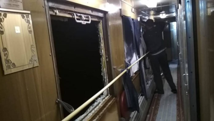 Невідомі хулігани жбурляли каміння у потяг &quotУкрзалізниці&quot: розбиті два вікна - today.ua